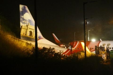 Avião se parte em dois e deixa ao menos 15 mortos na Índia