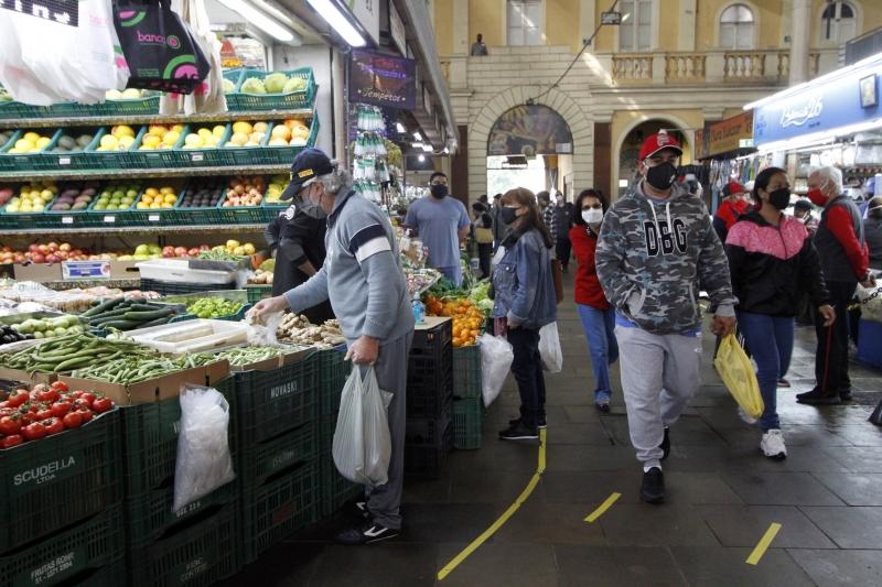 Imagens da reabertura do comércio, shoppings e Mercado Público em Porto Alegre.