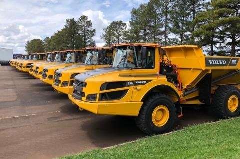 Divisão de máquinas pesadas da Volvo no Brasil envia caminhões articulados para Europa