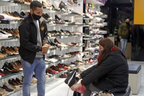 Confianças empresarial e do consumidor caem em novembro, dizem prévias da FGV