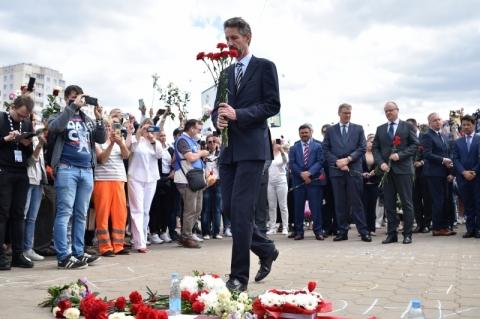 Correntes humanas e renúncia no governo abrem 5º dia de protesto na Bielorrússia