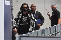Ronaldinho Gaúcho e irmão desembarcam no Rio de Janeiro e recebem apoio de fãs