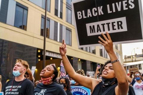 Policial que atirou em homem negro pelas costas nos EUA é identificado