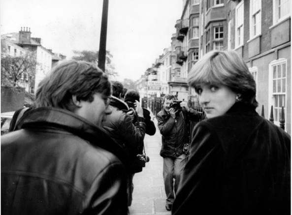 Em Londres, Diana Spencer, aos 19 anos, deixa seu apartamento rodeada de jornalistas