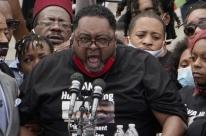 Pai diz que homem negro baleado pelas costas nos EUA está algemado ao leito de hospital