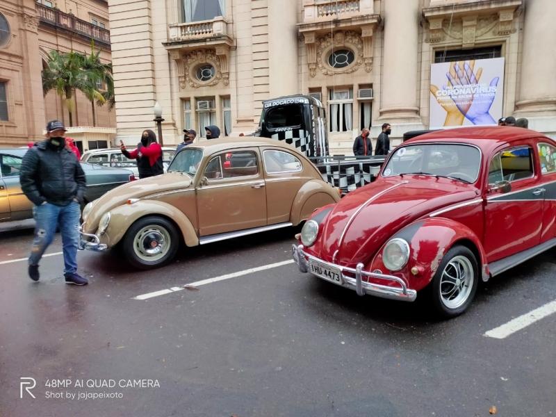 Em Porto Alegre, veículos saíram em carreata da Avenida Assis Brasil até o Palácio Piratini