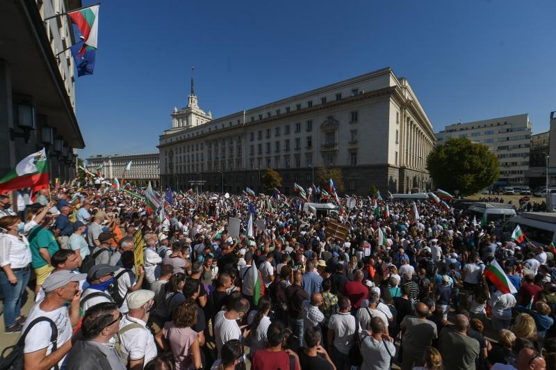 Milhares de pessoas cercaram a Assembleia Nacional para pedir a renúncia do primeiro-ministro