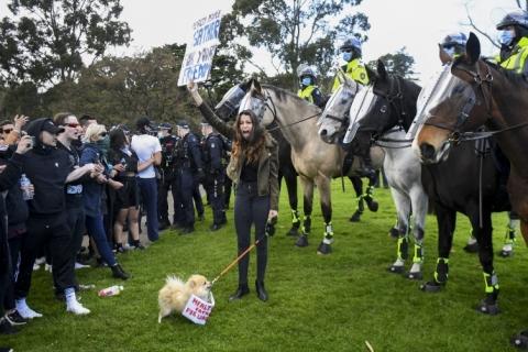 Casos de Covid-19 passam de 4 milhões na Índia; Melbourne tem protestos contra isolamento