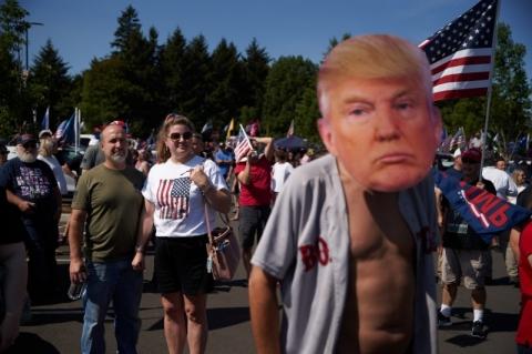 Apoiadores de Trump se reúnem nos arredores de Portland e confrontam democratas
