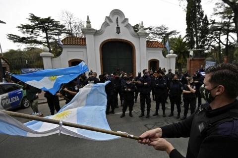 Polícia argentina protesta contra baixos salários em frente à residência presidencial