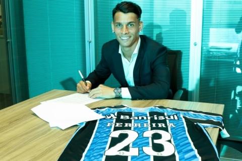 Ferreira assina renovação do contrato com o Grêmio
