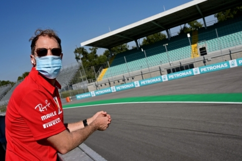 Vettel festeja ida para Aston Martin e se empolga com motor Mercedes