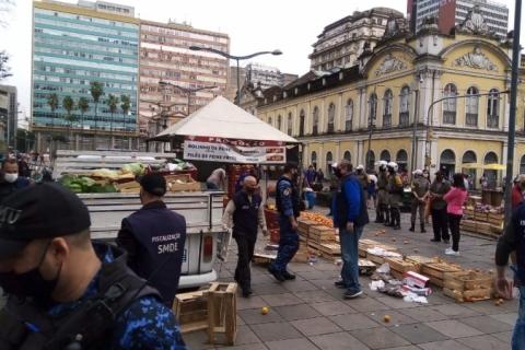 Prefeitura apreende duas toneladas de alimentos vendidos por ambulantes em Porto Alegre