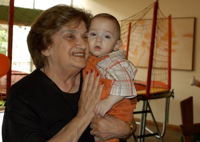 Yolanda teve uma vida muito ativa e dedicada à família; na foto, ela segura Pedro, filho de Britto