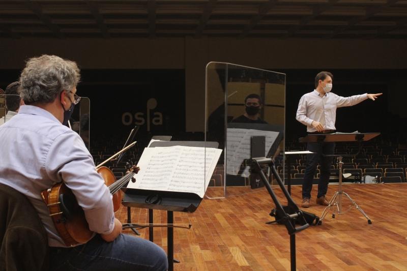 Projeto amplia número de músicos da orquestra sob a regência de Evandro Matté