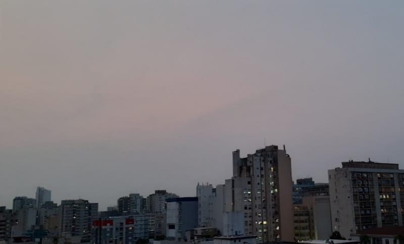 Céu do entardecer desta sexta-feira ficou acinzentado na Capital gaúcha