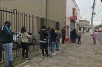 Filas se repetem em lojas da rede Dia, que vai fechar em Porto Alegre