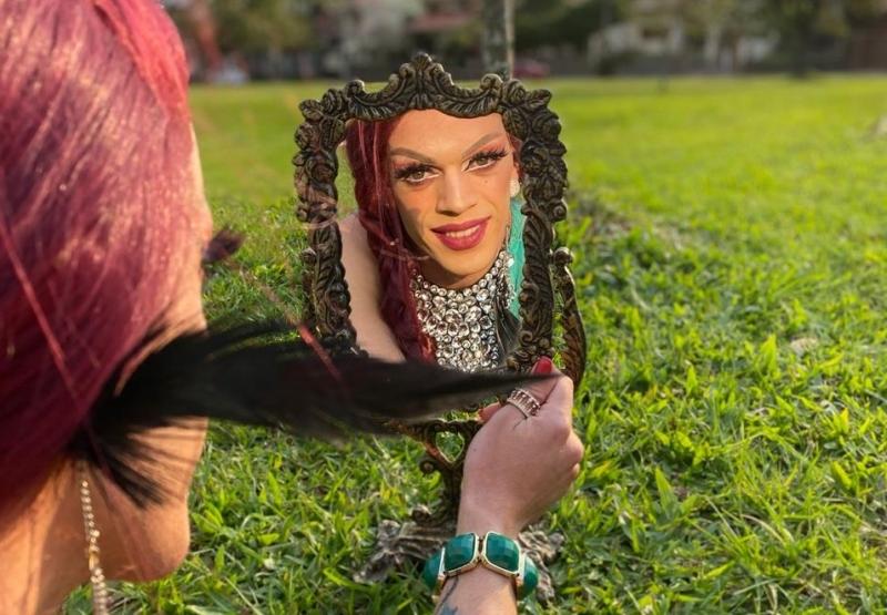 Artista Drag Queen tem formação em Pedagogia e tradução para Libras