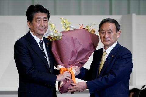 Suga é eleito líder partidário e deverá ser o novo premiê do Japão