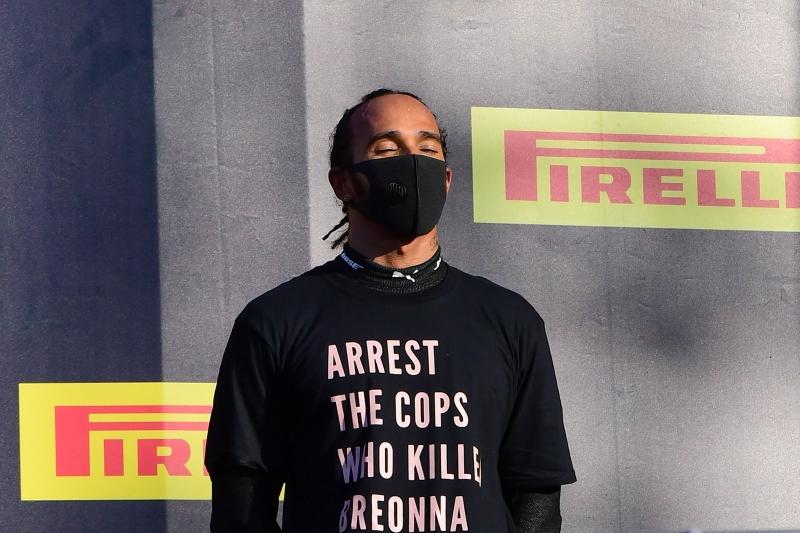 Lewis Hamilton subiu ao pódio do GP da Toscana com uma camiseta em protesto à morte de uma mulher negra nos EUA
