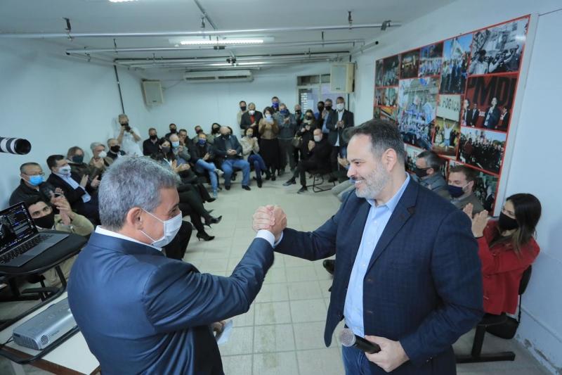 Emedebista Sebastião Melo (e) e Ricardo Gomes, do DEM, selam união
