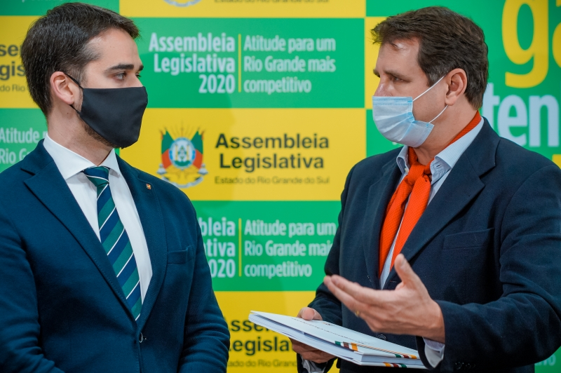 O governador Eduardo Leite entregou a proposta ao presidente da AL, Ernani Polo