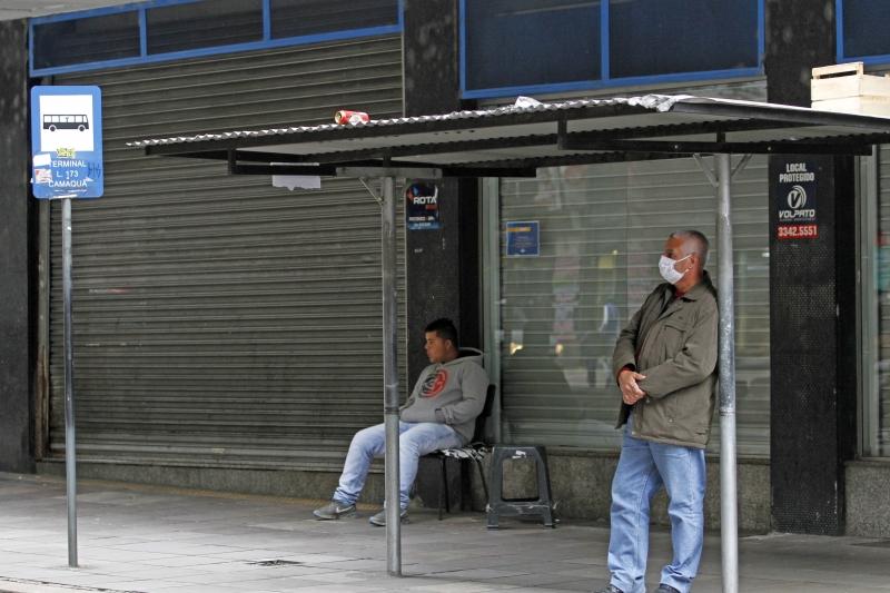 Edital contempla dois modelos de abrigos nas paradas de ônibus, que terão câmeras e assentos ----