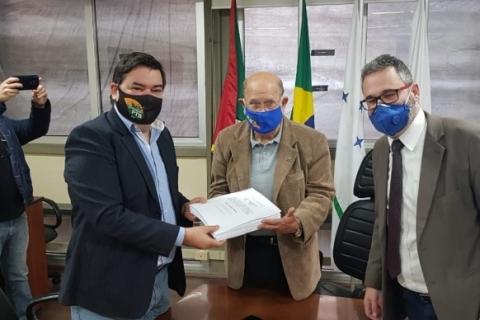 Relatório da CPI da gestão Marchezan é entregue à presidência do Legislativo