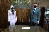 Novo reitor da Ufrgs, Carlos André Bulhões toma posse pedindo 'muito diálogo'