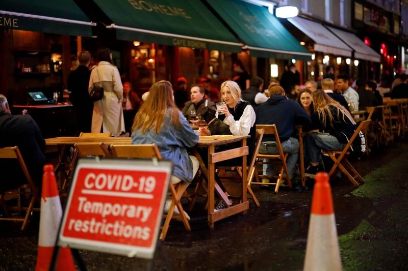 No Reino Unido, pubs, bares e restaurantes passam a fechar às 22h e consumo de alimentos e bebidas ficará restrito às mesas