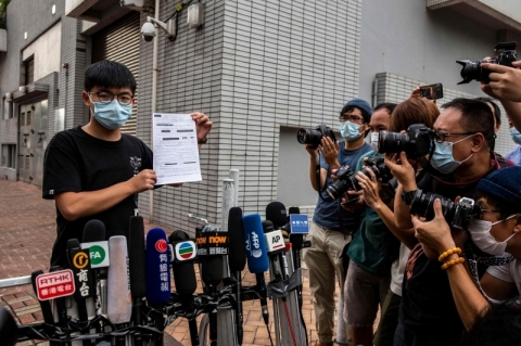 Hong Kong prende mais famoso ativista pró-democracia por cobrir rosto em protesto em 2019