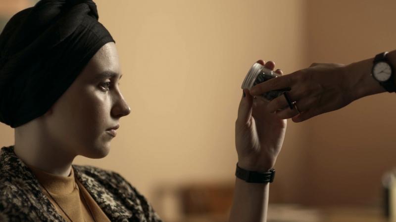 Jovem com câncer Nina (interpretada por Maria Galant) recebe cápsulas de Bênção