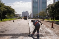 Prefeitura de Porto Alegre assina contrato para requalificar asfalto em 20 vias