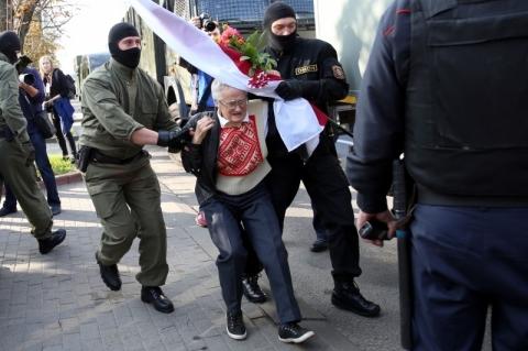 Polícia bielorrussa prende mulher de 73 anos, símbolo das manifestações