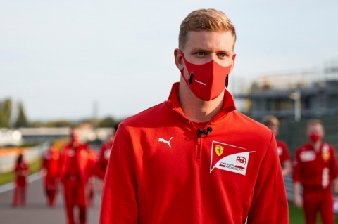 Mick Schumacher guia carro da Ferrari em teste em Fiorano