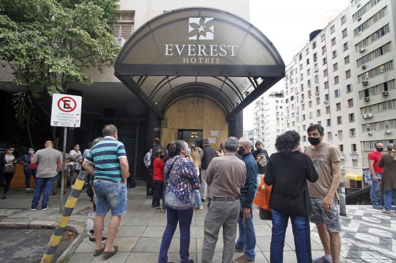 Aglomeração de pessoas na frente do hotel foi vetada pela Guarda Municipal