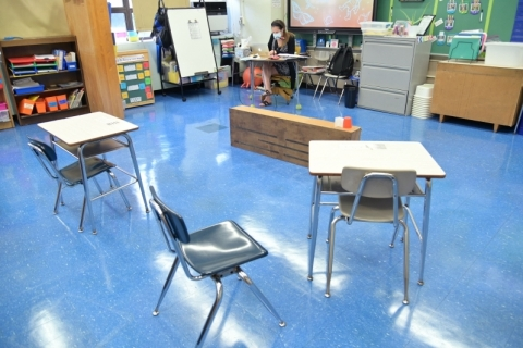 Nova York volta a fechar escolas por avanço da Covid-19