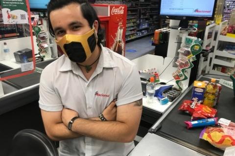 Caixa de supermercado cria máscaras inspiradas em games e filmes