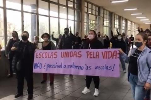 Diretores de colégios estaduais de Porto Alegre protestam contra o retorno presencial