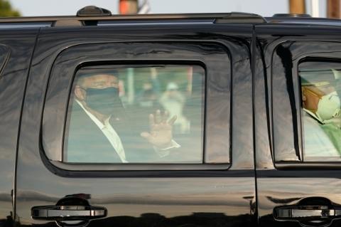 Usando máscara, Trump deixa hospital por minutos para acenar a apoiadores