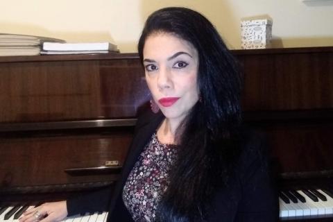 Luli Cabeda lança curso 'Fundamentos da teoria musical pra iniciantes no piano'