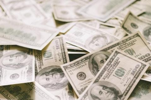 Dólar sobe com aversão no exterior e risco fiscal no radar