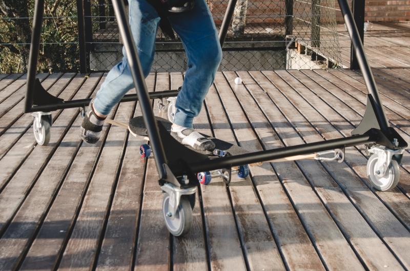 O skate adaptado do Eba! ajuda quem não tem equilíbrio na hora de andar