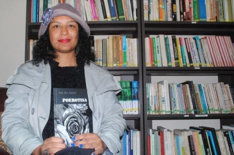 Com 'Poerotisa', Ana Dos Santos concorre ao Prêmio Ages de Livro do Ano