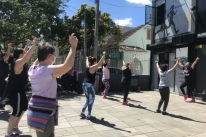 Zumba na calçada marca reabertura aos sábados das academias em Porto Alegre