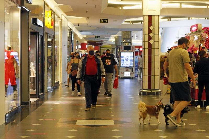Novas normas acabam com limites de ocupação de público em shoppings, comércios e serviços