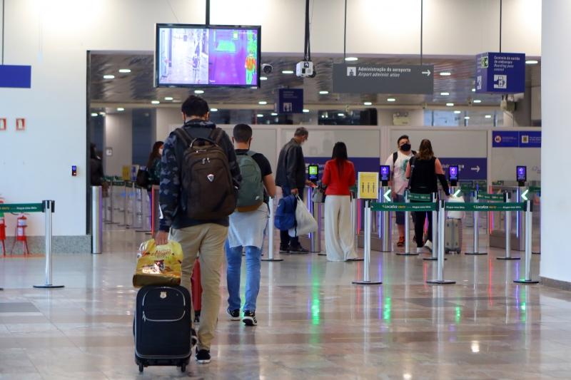 Fotos do movimento no Aeroporto Internacional Salgado Filho Porto Alegre check-in embarque doméstico - câmera térmica que mede temperatura
