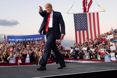 Em comício na Flórida, Trump minimiza ameaça da Covid e maximiza a socialista