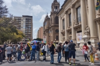 Protesto em frente ao  Palácio Piratini marca o Dia do Professor em Porto Alegre