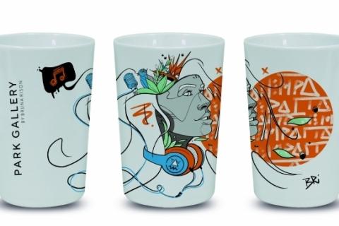 Promoção de shopping premia clientes com canecas assinadas por artistas